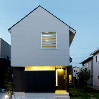 宙に浮く白い家