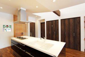 開放感とつながりの平屋 コミニュケーションの明るいアイランドキッチン