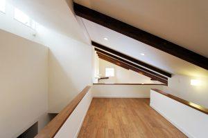 開放感とつながりの平屋 ロフトの収納力と採光窓がつくる空間