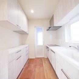 2世帯住宅・玄関土間の吹き抜け。家族をつなぐスキップフロア。ホワイトでコーディネートした清潔感のあるキッチン。金具はシルバーでまとめて。