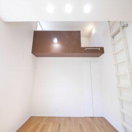 2世帯住宅・玄関土間の吹き抜け。家族をつなぐスキップフロア。天井を上げて、ロフトを付ける。空間を楽しみ、使う工夫です。