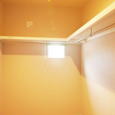 グリーンスタイルの間口の狭さを活かした快適! ほそながな家。ウォークインクローゼットにも明かり窓。換気も出来て、湿気がこもらずOK!カーテンを付けて、日焼け対策も怠らず。