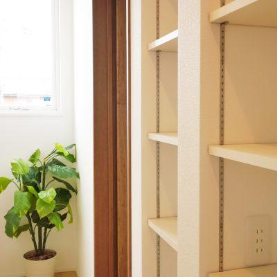 グリーンスタイルの間口の狭さを活かした快適! ほそながな家。2階ホールの可動棚。お子さまの学習用品を整理整頓。鉛筆削り用のコンセントもちゃんとつけています。