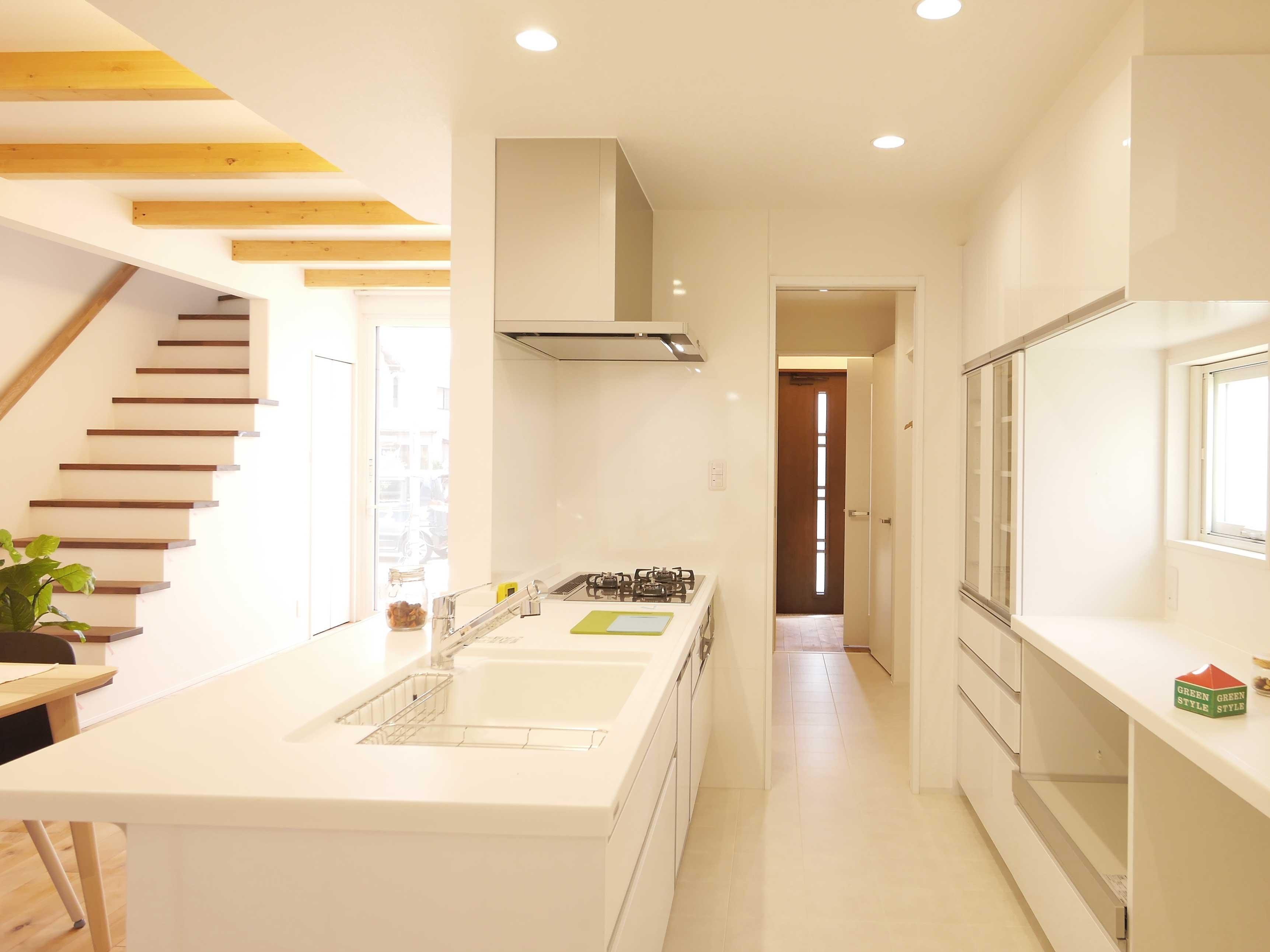 グリーンスタイルの間口の狭さを活かした快適! ほそながな家。玄関から真っ直ぐキッチンに。お買い物の荷物をストレスフリーに運べます。