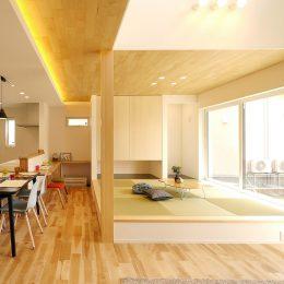 こだわり高気密高断熱・パッシブハウス。小上がりのタタミスペース。張替えの天井が印象的。