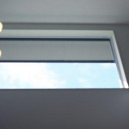 こだわり高気密高断熱・パッシブハウス。窓から青空を仰ぐ。