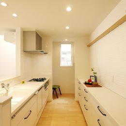 古い街並みの中で建て替える。天窓+吹き抜け=開放感。キッチンと、奥にパントリー。