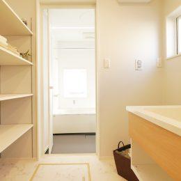 古い街並みの中で建て替える。天窓+吹き抜け=開放感。お風呂と洗面スペース。棚があると便利。
