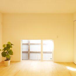 古い街並みの中で建て替える。天窓+吹き抜け=開放感。地窓のよう。床を照らすと、室内も明るく感じられる。