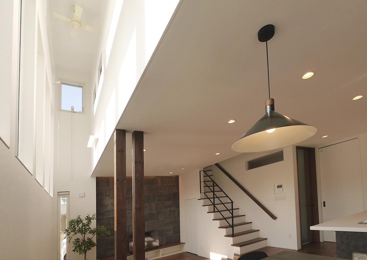 視線を遮り光を取り込む・段差リビングと吹抜の家。たくさんの窓はリビングに。2階の個室には間接的に光を取り入れる工夫。