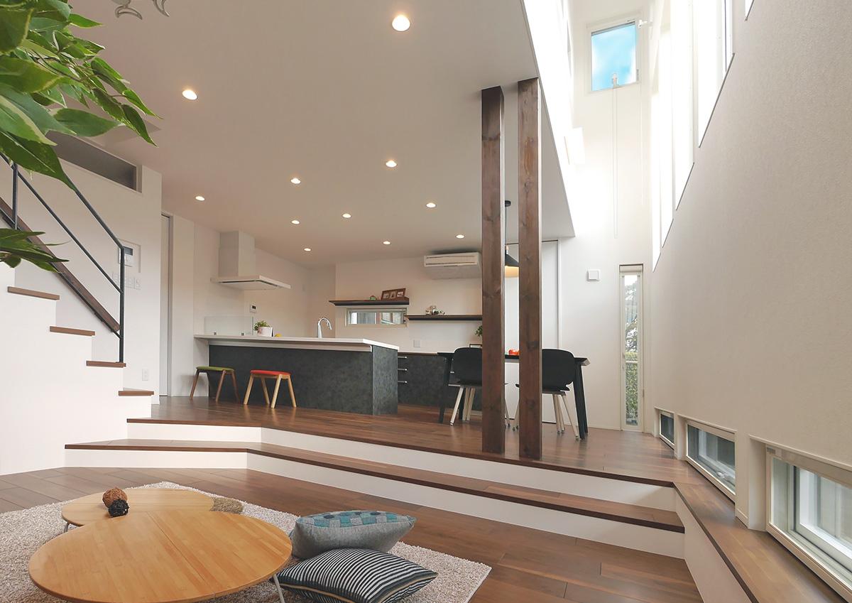 視線を遮り光を取り込む・段差リビングと吹抜の家。掘り下げられたリビング。天井高を上げることでより広く、特別な空間に。