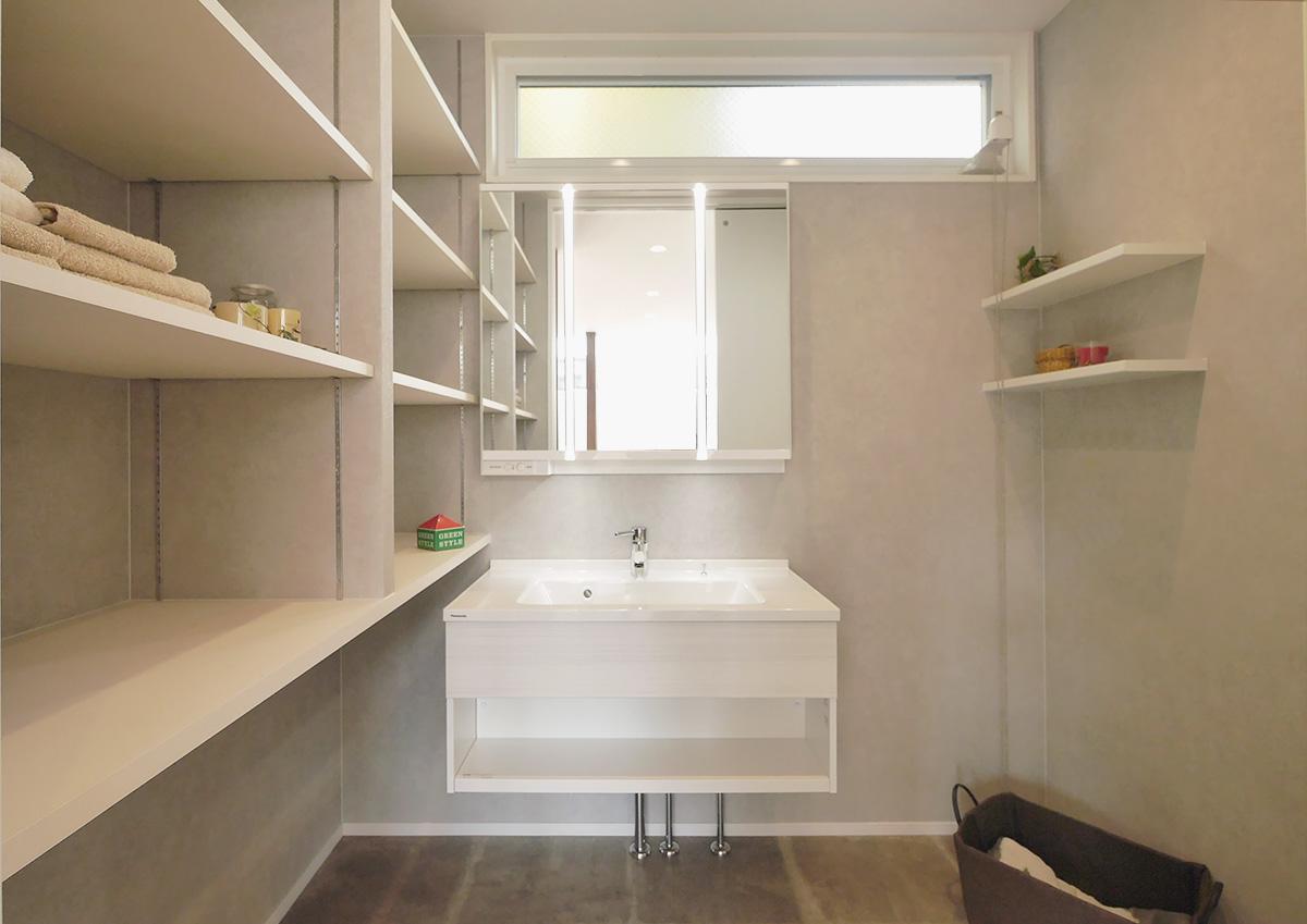 視線を遮り光を取り込む・段差リビングと吹抜の家。収納たっぷりの洗面スペース。トーンを抑えた落ち着きの空間に。