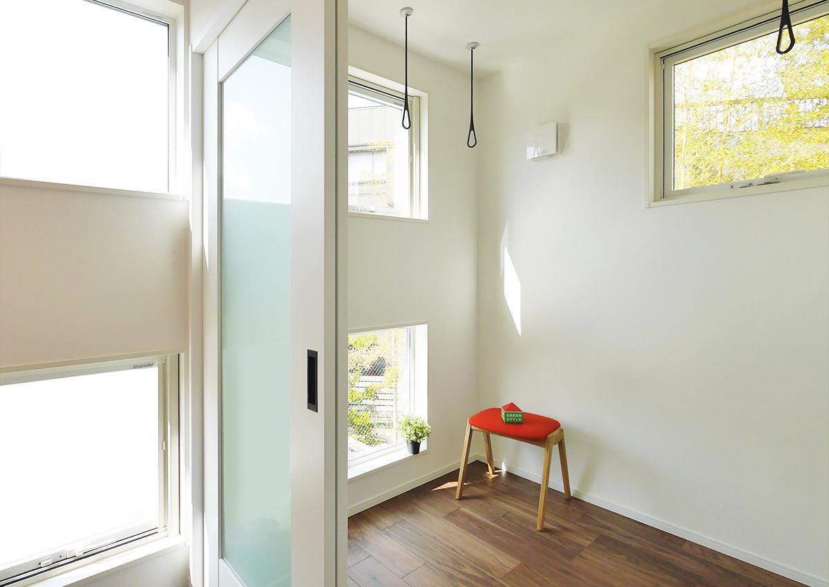 視線を遮り光を取り込む・段差リビングと吹抜の家。気持ちよくかじができるサンルーム。窓超しの緑がここちいい。