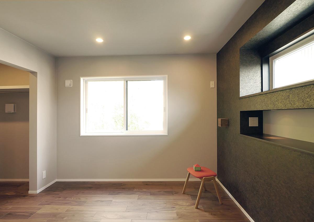 視線を遮り光を取り込む・段差リビングと吹抜の家。主寝室は、シックにまとめて。