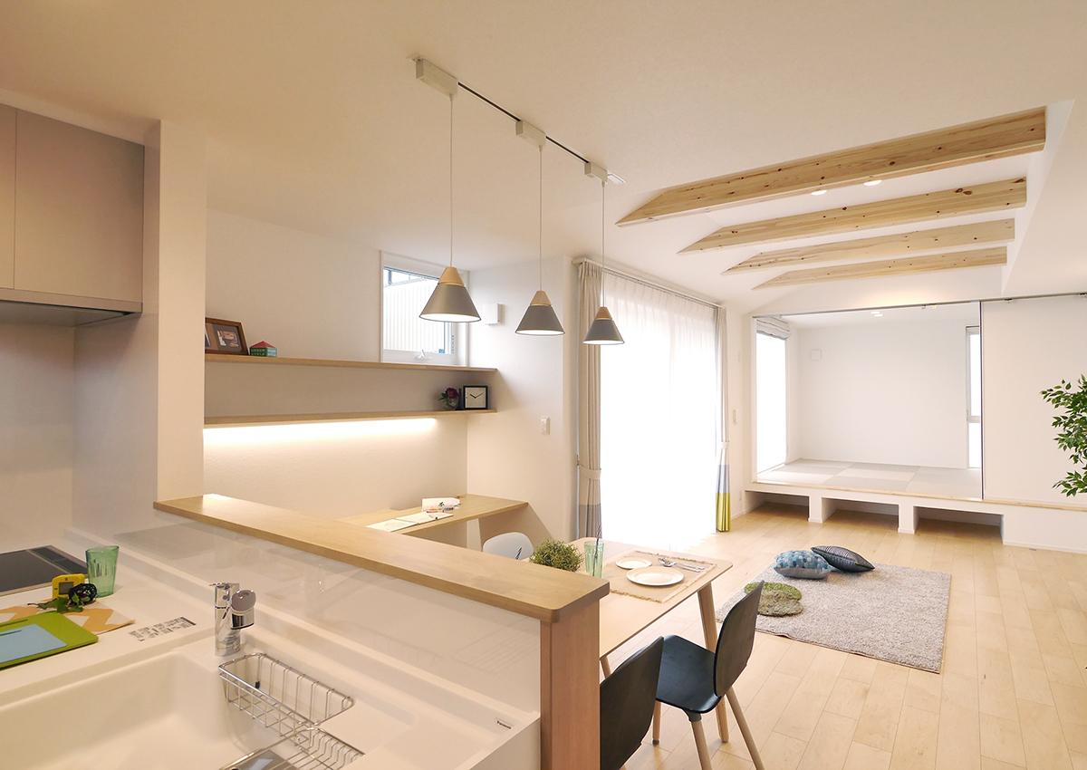 狭小角地とシンプル・北欧インテリアの家。リビング奥のタタミ室は小上がりにして。狭小・シンプルな空間にリズムを付けて。