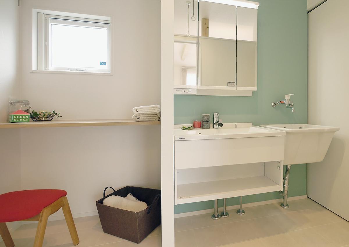 狭小角地とシンプル・北欧インテリアの家。使い分ける洗面台。家事スペースにカウンターも。壁紙をポップなものにして、楽しく作業できるように。