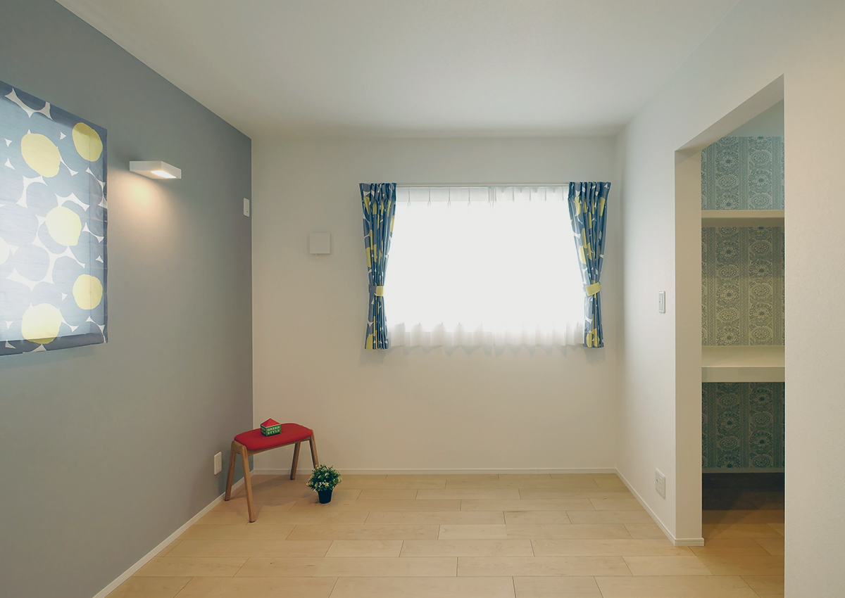 狭小角地とシンプル・北欧インテリアの家。お気に入りのマリメッコのカーテン。クローゼットの壁紙も思い切って。お家づくりを楽しんで。こだわって。