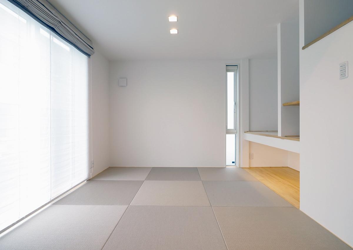 狭小角地とシンプル・北欧インテリアの家。タタミ室にもこだわりを。収納を間仕切って使いやすく。足元まである窓はアクセントに。