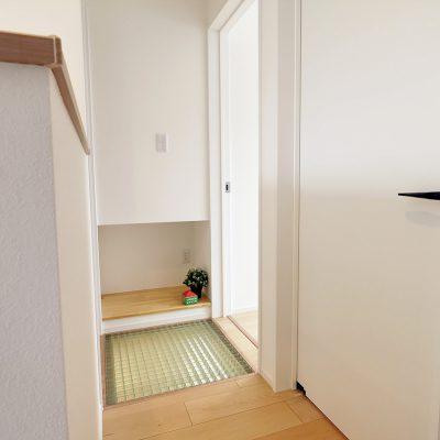 狭小角地とシンプル・北欧インテリアの家。2階の格子床。お子さんに喜ばれること、間違いなし!