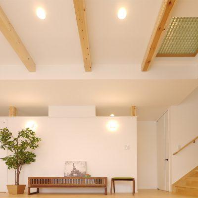 狭小角地とシンプル・北欧インテリアの家。2階の一部の床を格子にする。空気の流れと明かりと気配。一体感を生みます。