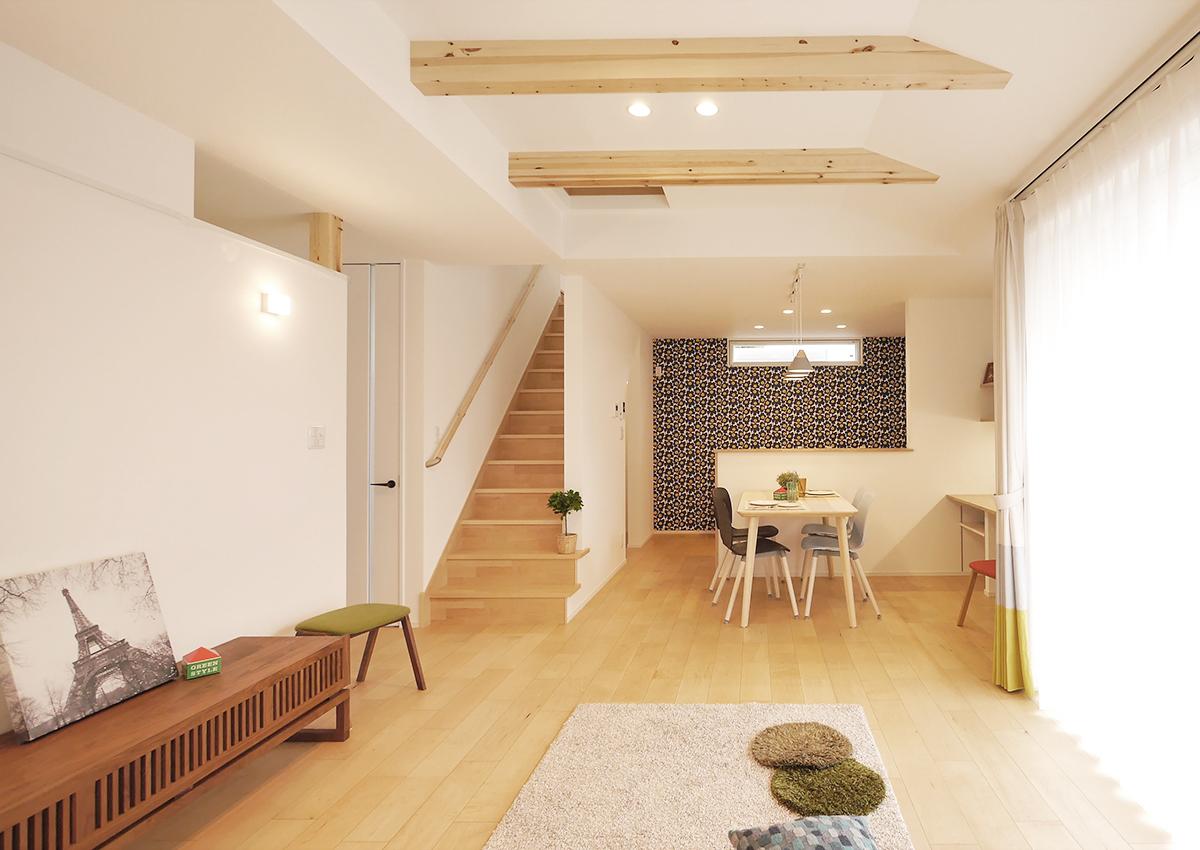 狭小角地とシンプル・北欧インテリアの家。テレビ台の上部を開ける、階段2段目まで壁なしに。ちょっとした抜け感で室内を広く。