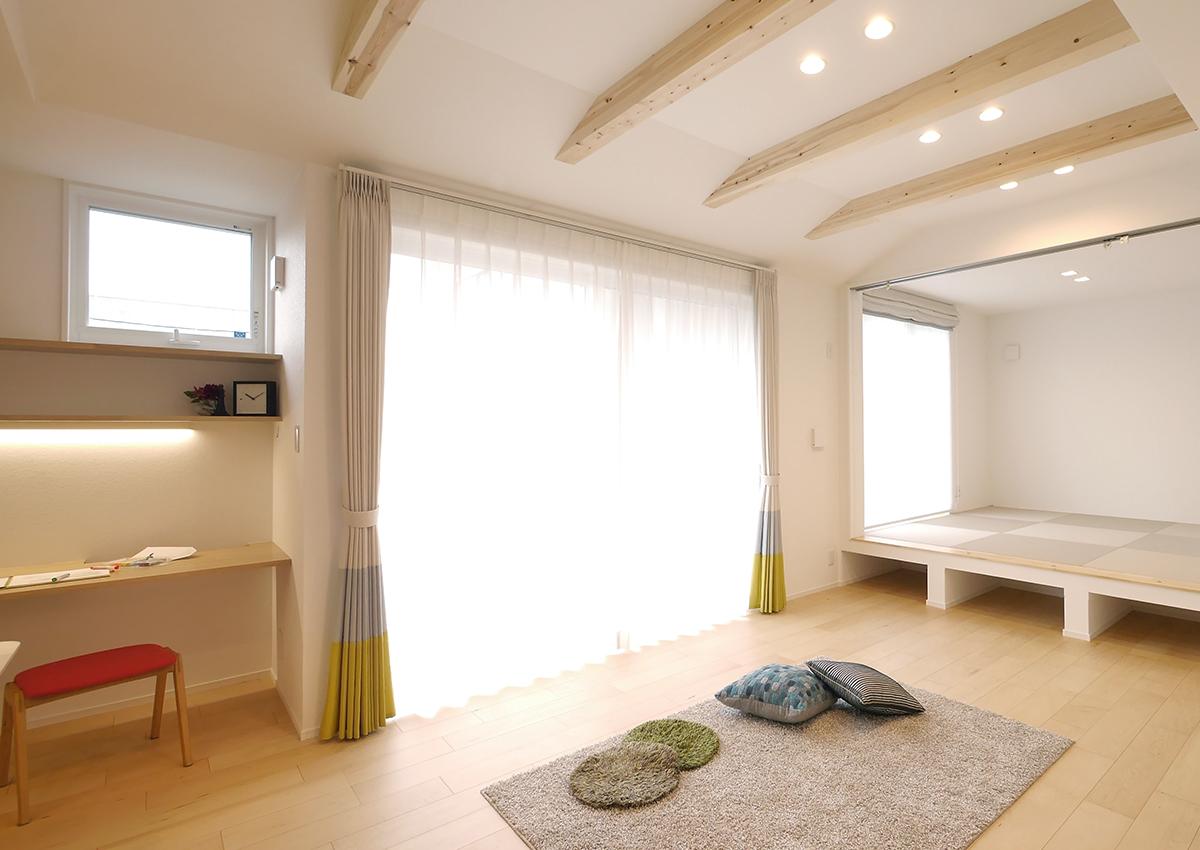 狭小角地とシンプル・北欧インテリアの家。大きな窓は、室内を明るく、大きく見せてくれます。外に塀を建て、視線を遮る。お家時間を楽しく過ごす。