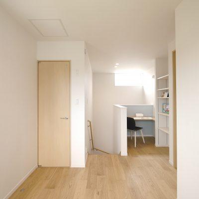 変形地・プライベートデッキの家。2階ホールのミニ書斎。