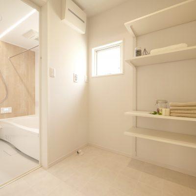 変形地・プライベートデッキの家。洗面室にはたくさんの棚。タオルやお着替え、入浴剤!水廻りを楽しく!便利に!