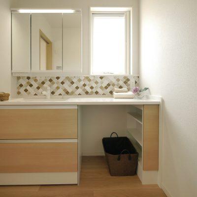 変形地・プライベートデッキの家。タイル貼りの洗面スペース。鏡とお揃いサイズの窓。このひと工夫でスタイリッシュに。