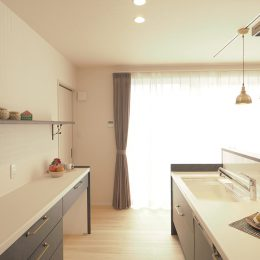トレーニング室と自然素材と。実家裏の狭小地の家。キッチン脇の大きな窓から光が差し込む。