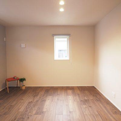 実家の敷地を分けて建てる。細長コンパクトな家。寝室は落ち着いた雰囲気に。