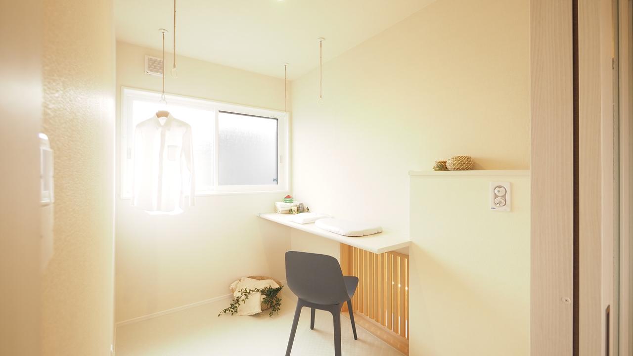 トレーニング室と自然素材と。実家裏の狭小地の家。洗濯機もおけるサンルームは2階に。