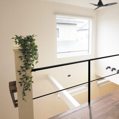 実家の敷地を分けて建てる。細長コンパクトな家。手すりをシンプルに。吹き抜けをより開放的にする工夫。