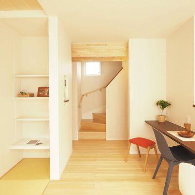 トレーニング室と自然素材と。実家裏の狭小地の家。階段おりて、まっすぐリビング。