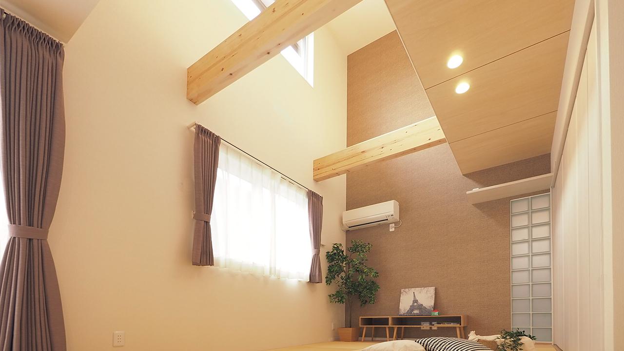 トレーニング室と自然素材と。実家裏の狭小地の家。狭小を感じさせない工夫。縦に空間を取る。明るさと解放感を演出できます。