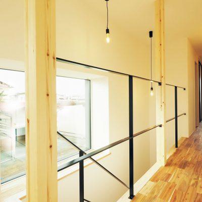 角地・変形地建築。デザイナーが考える住宅デザインのスッキリとした手すりの階段