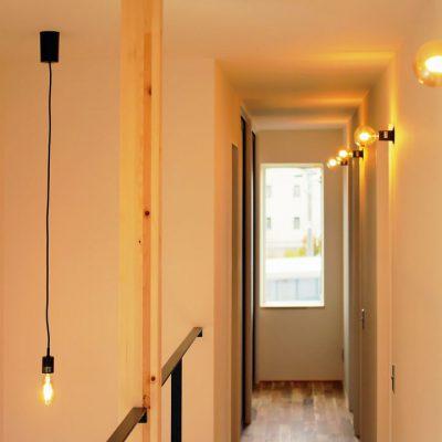 角地・変形地建築。デザイナーが考える住宅デザインの2階の直線的な廊下