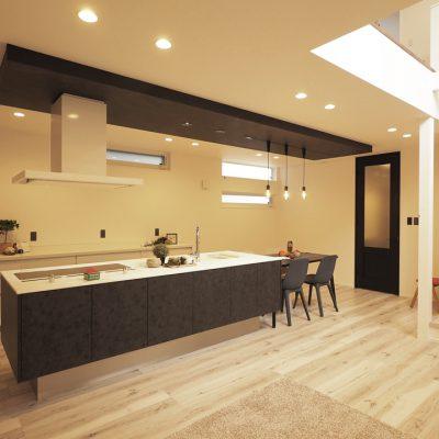 実家の敷地を分けて建てる。細長コンパクトな家。明るさのコントラスト。ダイニング・レストランのような佇まい。
