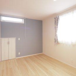 トレーニング室と自然素材と。実家裏の狭小地の家。寝室はかわいらしくコーディネート。屋根裏収納につながる小さなドア。