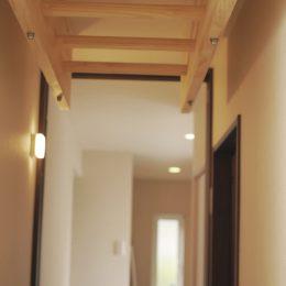 トレーニング室と自然素材と。実家裏の狭小地の家。廊下に雲梯。練習のためのご要望。