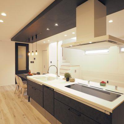 実家の敷地を分けて建てる。細長コンパクトな家。キッチンに立つと、吹き抜けによる解放感を感じられます。