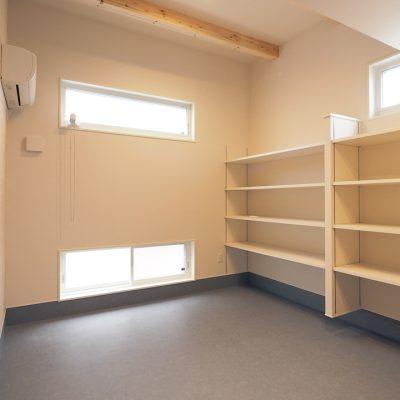 トレーニング室と自然素材と。実家裏の狭小地の家。広いスペースのトレーニングルーム。収納棚もたくさん完備。