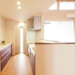 狭小地のキッチンちゃんと明るくできます。奥さんの毎日のために。