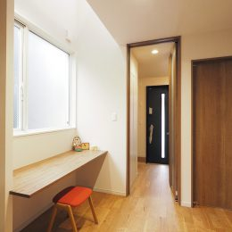 狭小地の1階。隣の家をしっかり分析することで、明るさのシェア