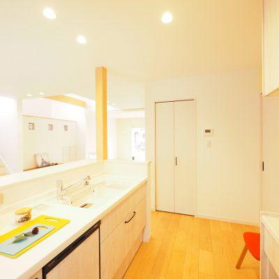 スキップフロア+布団で寝る暮らし。実家の敷地を分けて建てる。キッチンからすべてを見渡せる。