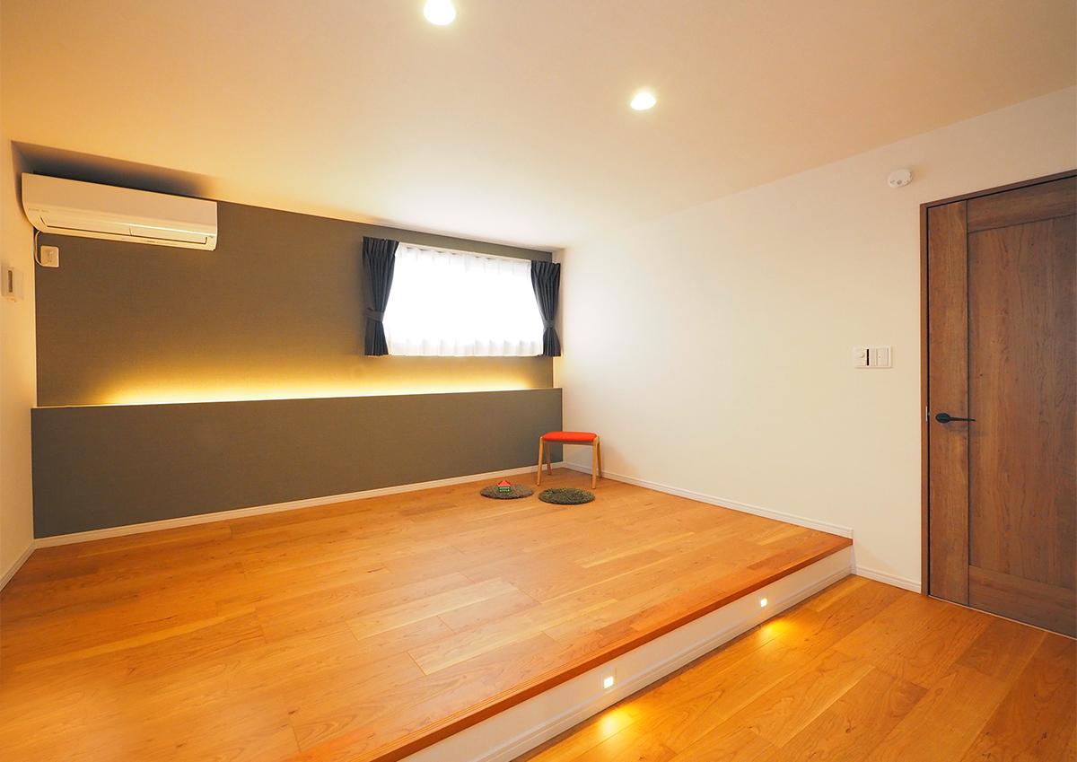 スキップフロア+布団で寝る暮らし。実家の敷地を分けて建てる。布団を敷いて眠るから、床を1段上げて。間接照明を付けて雰囲気よく。