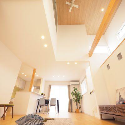 スキップフロア+布団で寝る暮らし。実家の敷地を分けて建てる。高く上げた天井。シーリングファンを付けて空気を流す。高い窓からの光が室内を明るく照らします。