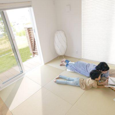 私のがんばらなくてもいい家。ゴロンとしながら、親子の絵本タイム。気づいたら、お昼寝しちゃってる。
