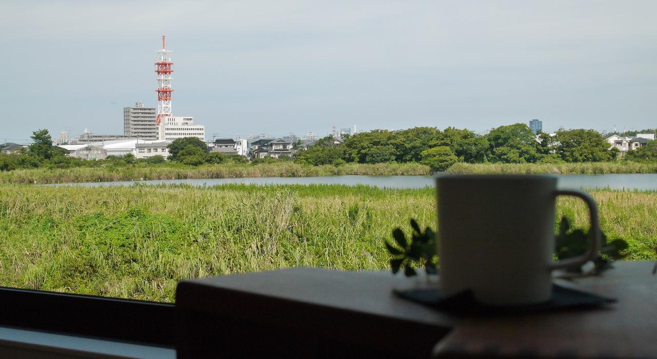 グリーンスタイル上沼デザイン住宅-窓とコーヒー
