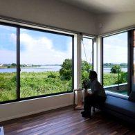 グリーンスタイル上沼デザイン住宅-リビングで外を見る